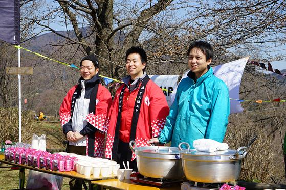 日本最大級の登山情報サイト、YAMAP様よりご注文をいただき作成させていただきました。 開花直前の桜をバックに笑顔が素敵なスタッフさまのお写真です!  これから様々なイベントでご着用頂ければありがたいです。本染めですので10年、いや20年先にもこの笑顔に鮮やかな赤が見られますことは間違いないですからね♪