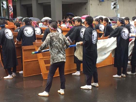 日本の夏を象徴するお祭りイベントの一つ、北海道の本場よさこいソーラン祭りに毎年参加をされます「ひ組」の皆様です!参加チームといっても踊り手はもちろん、大道具や小道具を担当される皆様も含めてのパフォーマンスが特徴のようです。  お写真を頂きました長法被を羽織った貫禄たっぷりの(失礼!)皆様が手にしているのは、「宝船」のパーツなのでしょうか!そうです、まさにチーム全体が一つになってのパフォーマンスなのですね。