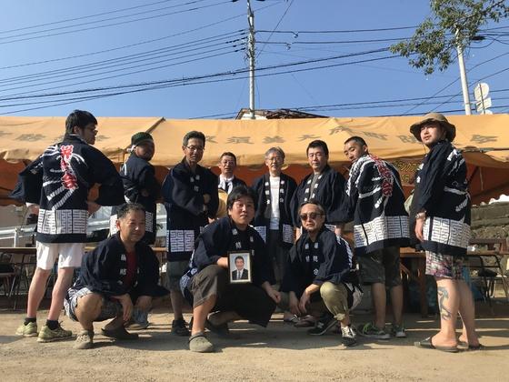 暑い、熱い、今年の日本の夏!! そんな時にも日本全国各地で行われるお祭りや例祭では法被姿の男たちが粋なのですね。 こだわりの染めはもちろん職人による手捺染、仕立て職人(お針子さん)の思いを込めた一針もこの日のため・・・。  栄結会の皆様の男前なこのショット!!我々スタッフ全員も猛暑を吹き飛ばして元気を頂きました~
