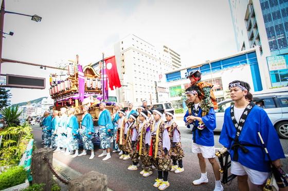 本古川町御座船の船長(ふなおさ)をサポートをする大切なお役目のお二人のオリジナルはっぴです。 全国的にも有名な「長崎くんち」が三日間にわたりとりおこなわれましたが、その間なんと50キロを歩かれたそうです。季節的には過ごしやすくなってきたとは言え、法被衣装もなかなか暑いものですが若さとオリジナルはっぴの丈夫さで無事乗り切って頂いたようです。  皆様の緊張感伝わるお写真ですね。
