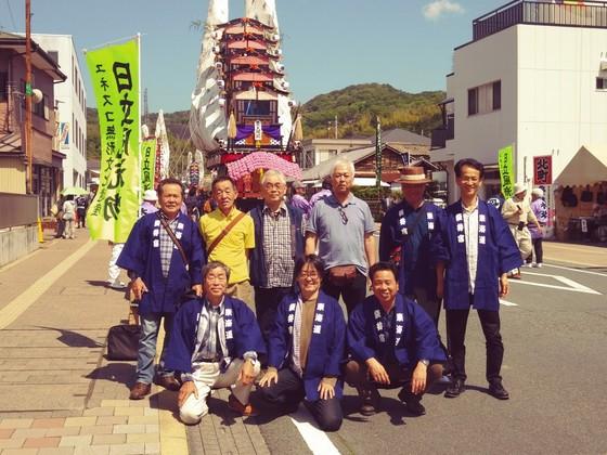 日本山車祭りってやっぱり勇壮で素敵です! 令和に時代は変わっても平成の祭りを守り抜いた男たちの変わらぬ気合で今日も山車を曳きますよ~  日本晴れの下、作成したばかりの法被と笑顔が本当によく似合ってますね。