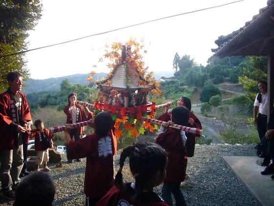 2007年秋のお祭りの先陣をきって「活動報告」をいただきました!紅葉を載せたお神輿を一生懸命担ぐ子供たち、見守る大人の方達のまなざし・・、皆さんの笑顔も秋の柔らかな陽射しを浴びて素敵です!秋には秋のお祭りがちゃんとある日本って、いいですね。