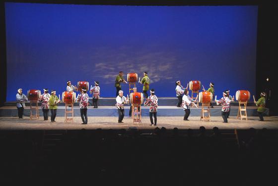 日本の伝統文化を今に受け継ぐ「和太鼓」、会場に響き渡る重厚な音色が聞こえて来そうなお写真を頂きました!中野島和太鼓「風」の皆様です。今や和太鼓には同じく日本の伝統文化である法被が衣裳として定着していますね。