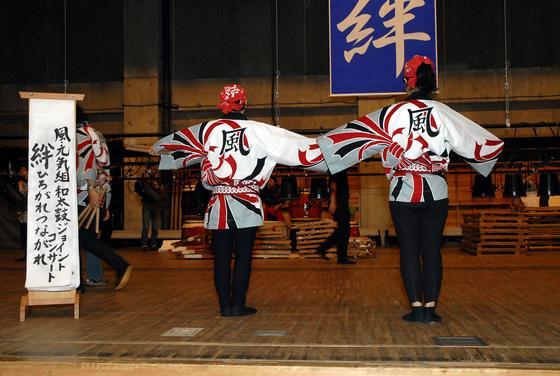 和服などの模様の中でおめでたく、格調の高い「熨斗(のし)」柄を大胆に配したデザインです。チーム名の「風」の文字も今回のデザインにきっちりはまりました。後姿でのお写真まで頂きました。感謝!