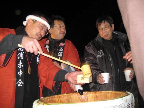 日本の伝統行事には深い意味があります。参拝にこられる皆さんにも、自分がこれから迎える本厄を無事に過ごせるよう心を込めてお神酒などを振舞います。 私共も皆様の熱い想いに応えられるよう「丹精込めて」法被を作製することにより、そのご利益に今年もしっかりとあやからせて頂いているのです。   感謝!!