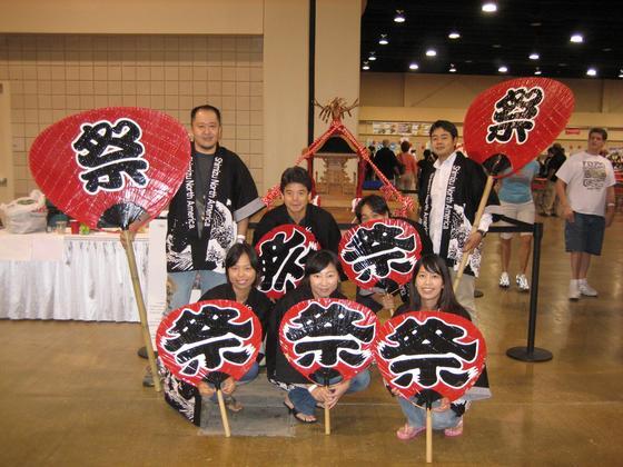 アメリカの現地企業の皆様にとって、日本を最も感じさせてくれるイベントは何といってもお祭り!粋な法被を羽織って大うちわを手に・・。海外のイベントでも日本人の「心意気」みたいなモノが十分に伝わって参ります。 「Oh~ジャパニーズ・ハッピーコート!」(後方Tシャツ姿のお兄さん) ・・・とは言ってないですよね。