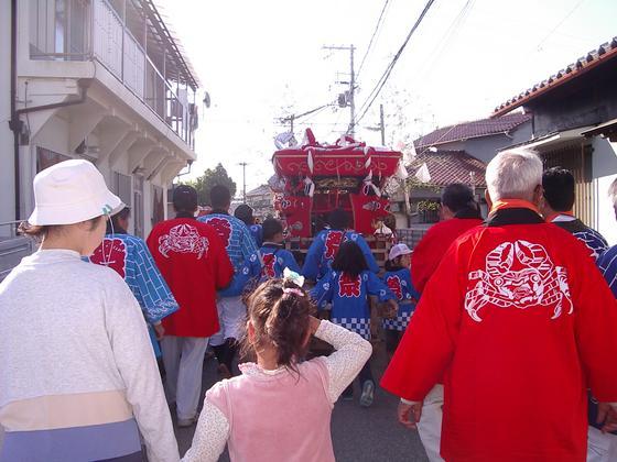 弘法大師さまが昔、悪い蟹を退治したという民話を元に名付けられた「かにが坂」。今でも和坂は「かにが坂」という名で親しまれ、伝統のお祭り行事で住民の皆様の安全を祈願しています。神輿に祭られた「蟹」をそのままに法被にデザインさせて頂きました。子供から大人まで街の皆さんが担ぐ神輿の周りには、今や穏やかな秋色に染め上げられた「蟹」が、しっかりと見守ってくれているようです。