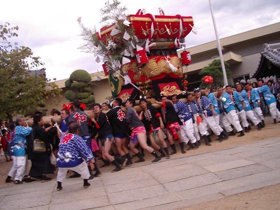威勢の良い掛け声とともに大きな神輿が巡行されます。 「二日間の行事は両日とも天気も良く、いい祭りをさせていただきました。」 皆様に喜んでいただき感謝、感謝です。
