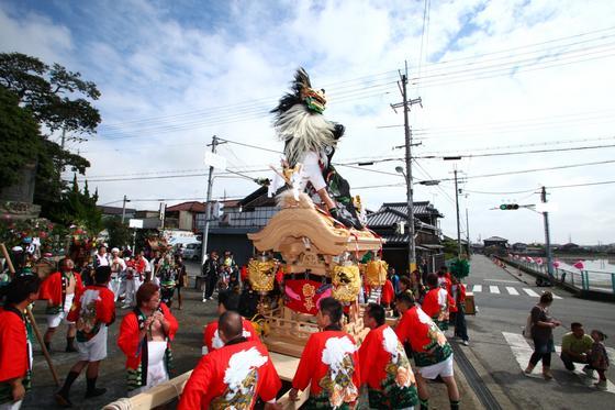 毎年開催される勇壮なだんじり祭り。真紅の法被をはおった男衆に引かれるだんじりの上には獅子舞が威勢良く舞い踊ります。皆さんの法被はもちろん今回の獅子の衣裳も当社オリジナルで作製したものです。日本の伝統的な祭りってやっぱり素晴らしいですね!
