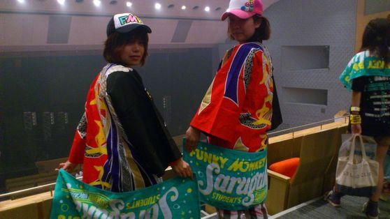 はっぴーファンモンBABYS全国各地で増殖中!!!  今回は渋谷公会堂でのライブを観戦中のBABYSお二人よりお写真いただきました。  やっぱりメンバーさんが着ている法被と同じ衣装での応援は盛り上がりますね~タオル、キャップ、そしてこの派手な法被と  「ファンモンBABYS様新三種の神器」と呼ばせていただきます♪