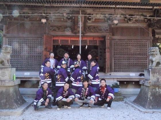 12月に入り、各地厄年の皆様の活動準備も万端な態勢で、いよいよ年越しを迎えますね。こちらは蒲郡市の厄年会の皆様!  まずは地元神社でお祓いを受けて・・・記念撮影も決まりました。  厄払いを年男が年末に行う行事も日本では伝統文化としておごそかに執り行われます。日本各地で法被衣装も鮮やかに、気分も晴れ晴れ~な気分です。入稿デザインも素敵な完全オリジナルはっぴです。  ご利用誠にありがとうございました!!