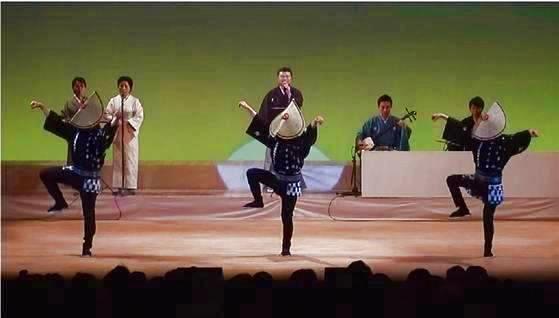 「先日は素敵な法被を作っていただきありがとうございました。出演も無事に終わりました。念願の法被デビューです。」 日本の伝統舞踊に着用される法被を作製させていただきました。威勢の良い祭り法被と違い流れるような踊りにも法被衣装がよくお似合いです。