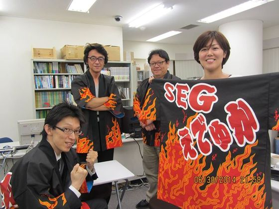 今年のエデュカのイメージ法被はこれだ!!  とばかりに、気合と熱のこもった法被を作製させていただきました。まさに燃えたぎる炎と大胆なお名前ロゴがみなぎる気持ちとして生徒の皆様にも伝わるのでしょう。  いただきましたコメントより・・・  「決してエデュカの経営が火の車という意味ではありません」って・・・  A様!そのジョーク最高です(^q^)