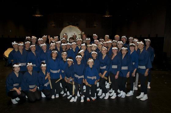 日本の伝統文化を海外で!ロサンゼルスで活動中の和太鼓チームの皆様です。  結成されて以来ここ何年かは当社のオリジナル染め法被を着用されます。素材にこだわり染めにこだわり、そして何より皆様のカラダのサイズに合わせ一枚づつが完全オーダーによる法被なのです。  この度無事演奏会も終わられ、皆様での集合写真も素敵に決まりましたね!!