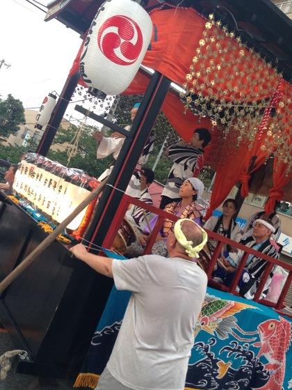 夏祭りのお神楽で笛太鼓を演奏する方たちを「お囃子(はやし)」と言います。こちら寺町様では子供たちによる演奏でお祭りを盛り上げていらっしゃいます。  優しく見守る大人から子供へ、確実に伝承されていく日本の伝統文化!  美しいですね~