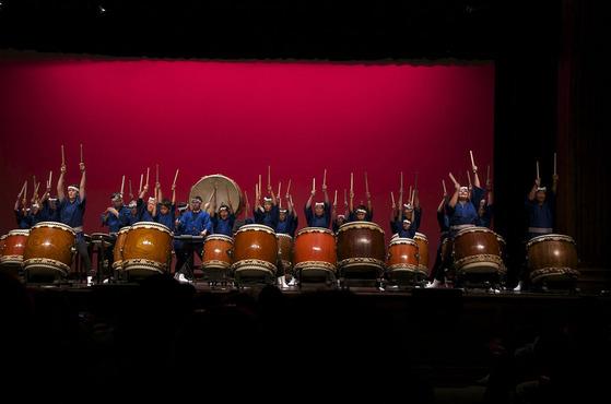 今年も海外から和太鼓の響きを感じさせてくれる季節がやってまいりました。 写真は昨年夏のロサンゼルスの皆さんですが、今年もさらにパワーアップされたたくさんの皆様より半纏はっぴのご注文を頂いています。ますます和太鼓ブームはおさまりません!!  特別なデザインはありませんが、日本の伝統的な「藍色」を無地でしっかりと染め抜きサイズは何とお一人づつのフルオーダー作製なのです。体にしっかりと馴染むその風合いで、奏でる太鼓の演奏にも自然とパワーがみなぎることでしょうね^^