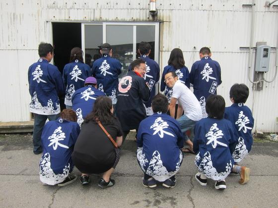 真ん中に一人だけ違うはっぴを着てるのは・・・  担当岡田、初登場です~(笑)