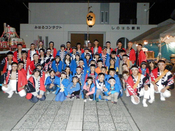 今回、笑顔の写真をお送りいただいたのは、福島県の「北町若連」様。 お揃いでお子様用、大人用、長法被と3種類のオリジナルハッピを製作いただきました!  お子様用はスカイブルー地の吉原つなぎ柄、大人用は紅白の「のしめ」柄、そして長法被では全体に細かな「総柄」を採用。 また3種類すべての背中には「梅鉢」の紋が入っています。 統一感がありつつ、それぞれのハッピに個性もあって良い味を出しています。  年代の枠を超えて全員を笑顔にする日本のお祭り、今後も各地域で大切に守っていっていただきたいですね。