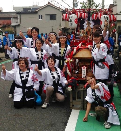こちらは名古屋の呼続九丁目のお祭り会場から届きました笑顔の写真です!  今回は呼九女性陣用で、両衿に紋と「呼九」の文字を入れて作成させて頂きました。  お祭りに白地の法被がよく映えていいですね~♬ そして女性の法被姿は華がありますね!  日本の伝統文化! これからもお手伝いさせて頂きます!!