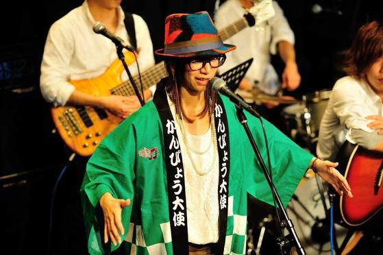 シンガーソングライターとして活動されている「サトウヒロコ」様へのサプライズプレゼントに作製させていただきました。セミオーダー法被ですがもちろん世界オンリーワン!  ご出身地では「かんぴょう大使」に任命されていらっしゃるという事で、ステージでは「かんぴょうのうた」も歌われているとのこと・・・。  ステージ衣装としてもこの「かんぴょうグリーン」がよく映えていますよね!!