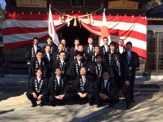 今年のお正月は全国的に穏やかな天気に恵まれました。神社本殿の前での記念写真も皆さん良い表情!  まさに輝く新年に向けての最初の祭礼行事には厄年さんは不可欠なのです。