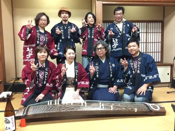 打楽器奏者として活躍中の酒井まろ様の新プロジェクト!  琴や三味線といった日本の伝統楽器とのコラボ演奏で日本全国を回られる衣装としてオリジナル法被を作製させていただきました。  もちろん仕事は職人による手染めなので袖を通した時の風合いは最高ですよね。  笑顔あふれるハッピーなお写真!どうもありがとうございました。