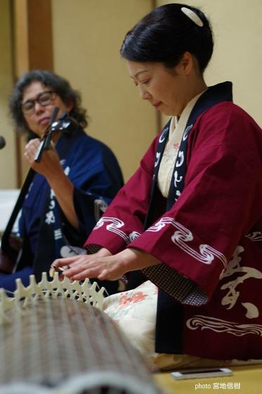日本の和楽器に日本の伝統染め!  これが究極の日本こだわりコラボなのです。  法被到着早々に早速のデモンストレーション、あっという間に素敵に馴染んでいらっしゃいますね~